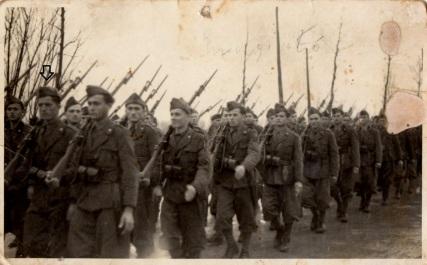 Smaggiato Lino in marcia con il suo reparto. E' visibile a sinistra, indicato dalla freccia.