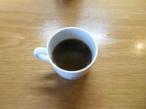 Il quarto caffé. Dolciastro e bruciacchiato.