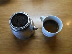 Il quinto ed ultimo caffé. Bruciato, disgustoso. Accanto la cialda dopo l'ultimo utilizzo.