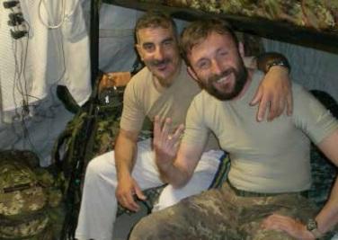 Riccardo Bucci, a destra, con un commilitone nella sua tenda a Herat (Afghanistan)