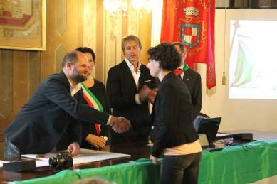 La consegna del Gagliardetto della Memoria a Roberta Nicora, moglie del Cap. Bucci
