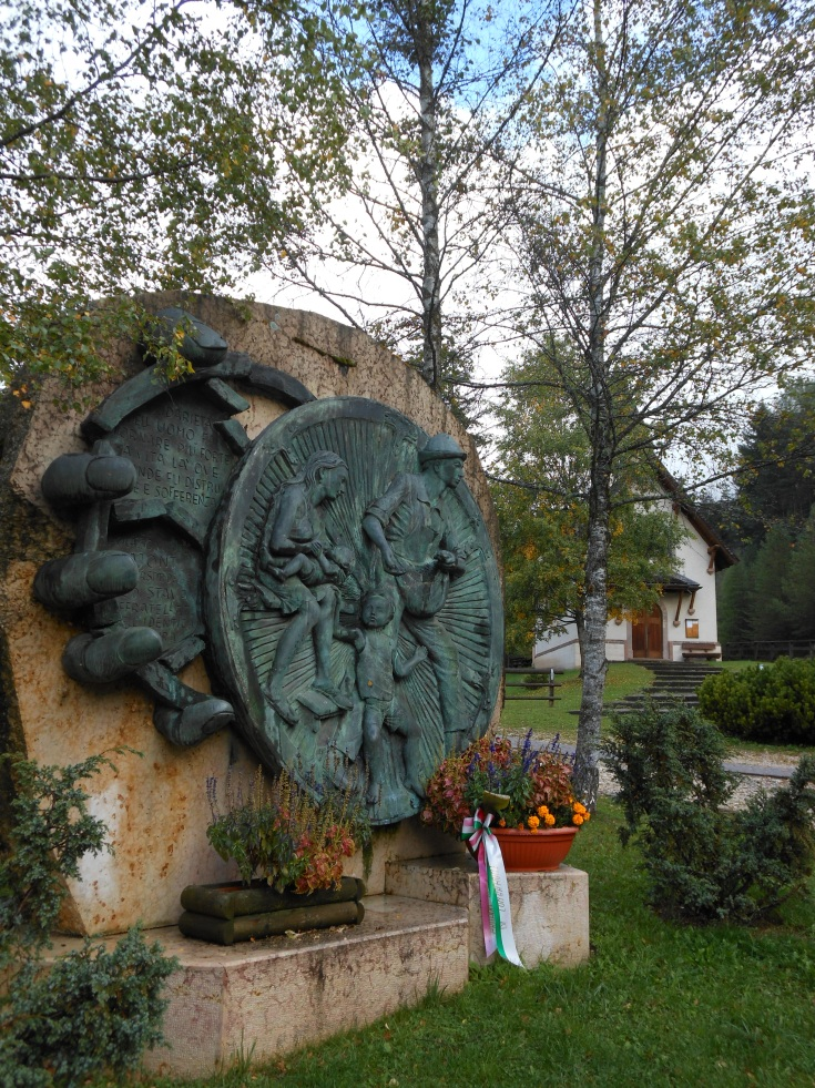 Stava oggi (2015): il monumento e la chiesetta dedicati alle vittime della tragedia