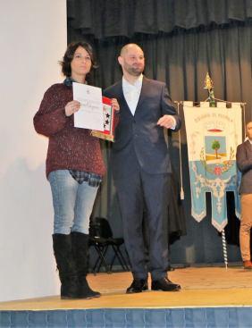 Chiara Calzavara, nipote di Antonio, ritira il gagliardetto a lui dedicato